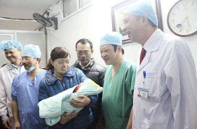7h16', bé gái đầu tiên chào đời bằng phương pháp mang thai hộ nặng 3.6kg trong niềm hân hoan của cha mẹ và các y, bác sỹ bệnh viện Phụ sản Trung ương.