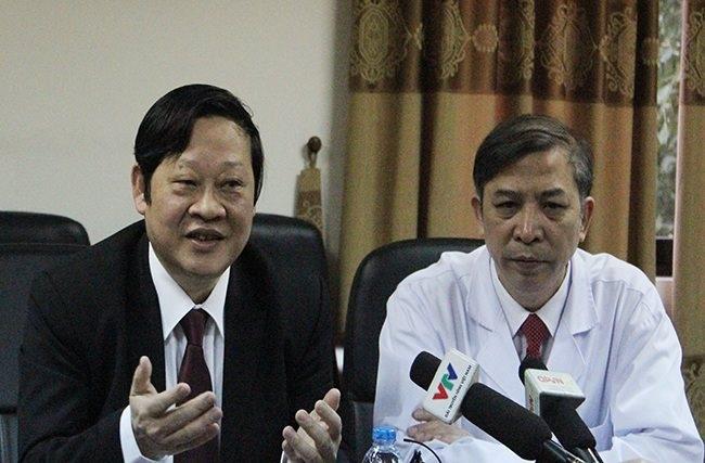 Thứ trưởng Nguyễn Viết Tiến và Giám đốc bệnh viện Vũ Bá Quyết trả lời phỏng vấn.