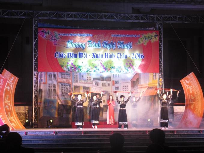 Các tiết mục biểu diễn của đoàn múa Sở văn hóa, thể thao và du lịch tạo không khí vui tươi trước thời khắc Giao thừa. (Ảnh: Thu Hường)