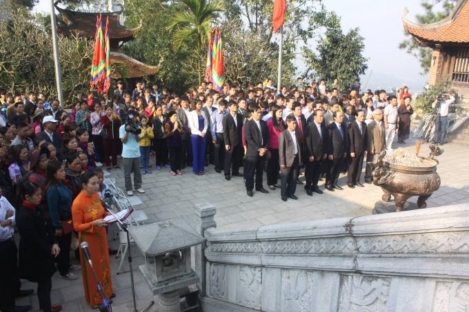 Các đồng chí lãnh đạo dâng hương tại Đền Mẫu Âu Cơ   - Khu DTLS Đền Hùng.