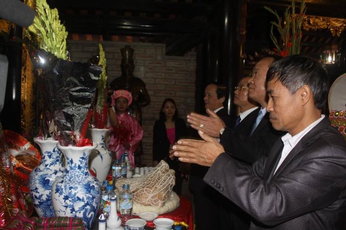 Các đại biểu vào Thượng Điện bái Tổ Mẫu.