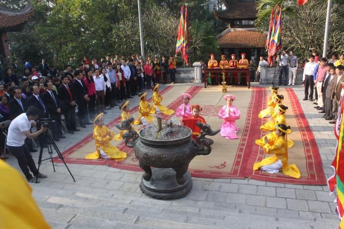 Đội nữ quan với 12cô gái thanh tân trong trang phục áo dài, đầu đội khăn kim tuyến, thắt lưng dải lụa, chân đi hài thêu theo nghi thức truyền thống.