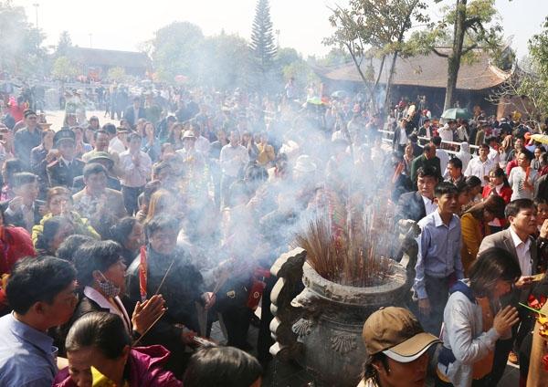 Người dân địa phương cùng các du khách thành kính dâng hương lên