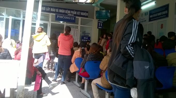 Rất đông bệnh nhân ngồi đợi đến lượt vào khám bệnh tại sảnh nhà G bệnh viện Phụ sản TW.