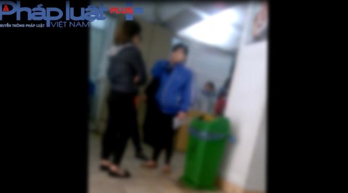Các đối tượng cò hoạt động ngang nhiên tại bệnh viện Phụ sản TW. (Ảnh chụp ngày 27/2)