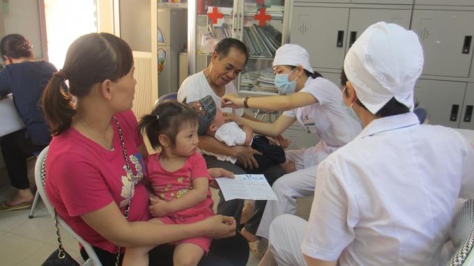 Từ 1 - 2/6 Hà Nội tổ chức uống Vitamin A cho các bé từ 6 đến 36 tháng tuổi. (Ảnh: Thu Hường)