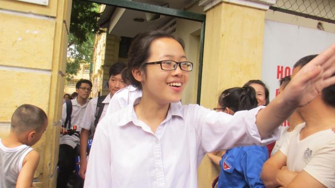 Niềm vui, nụ cười hiện rõ trên khuôn mặt của em học sinh. Có thể thấy đề thi môn đầu tiên không quá khó với các em. (ảnh: Thu Hường)