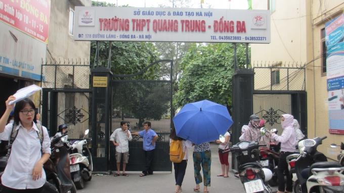 Tại điểm thi trường THPT Quang Trung (Đống Đa - Hà Nội) phụ huynh đưa con đến từ rất sớm để chuẩn bị cho bài thi môn Toán. (Ảnh: Thu Hường)