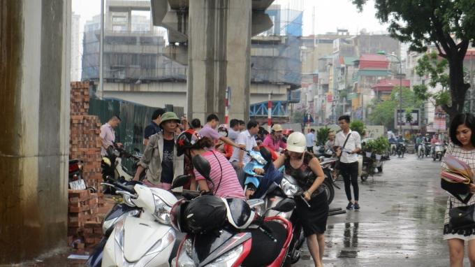 Mặc dù trời mưa to nhưng nhiều phụ huynh quyết đợi con thi xong mới về.