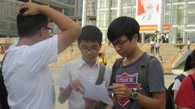 Dù đã kết thúc bài thi của mình nhưng các em vẫn tranh thủ trao đổi với nhau và đều tỏ ra lo lắng vì bài làm không được như ý.