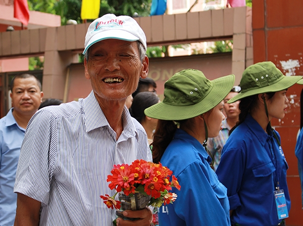 Nụ cười hạnh phúc của người ông khi chờ cháu gái hoàn thành bài thi dù chưa biết kết quả ra sao.