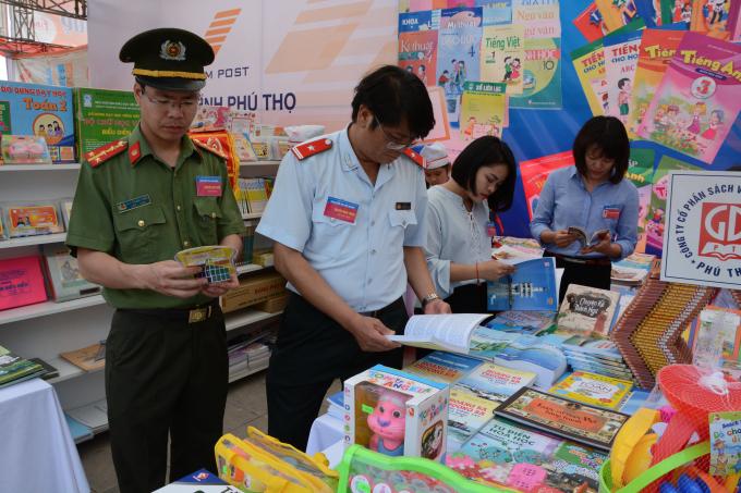 Công an tỉnh Phú Thọ đi kiểm tra các gian sách.