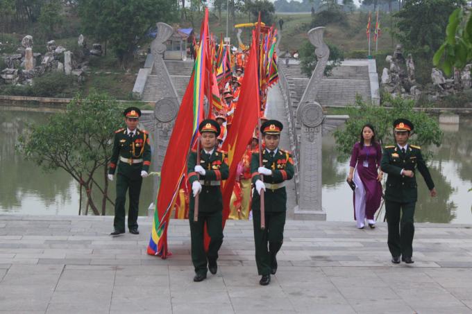 Đội diễu hành tại miếu Sim nơi thờ Đức Quốc Tổ Lạc Long Quân.
