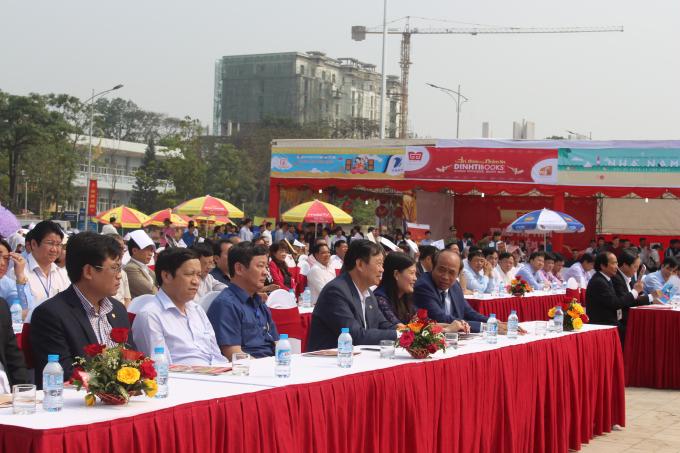 Lãnh đạo UBND tỉnh, các sở ban ngành tham gia buổi khai mạc.