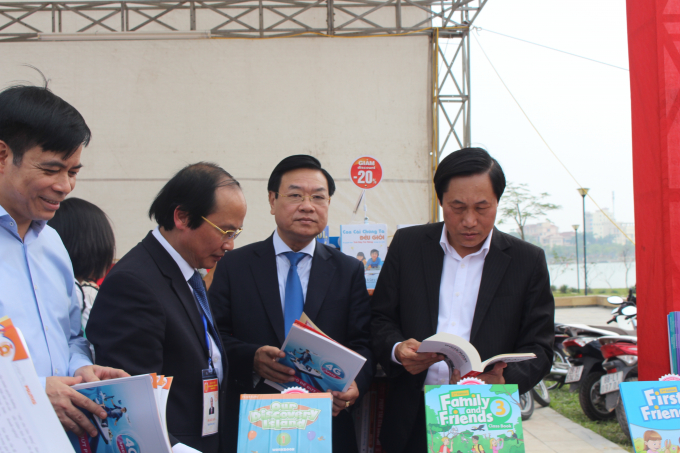 Sau lễ khai mạc, lãnh đạo tỉnh cùng các sở ban ngành đi thăm các gian hàng sách được trưng bày.