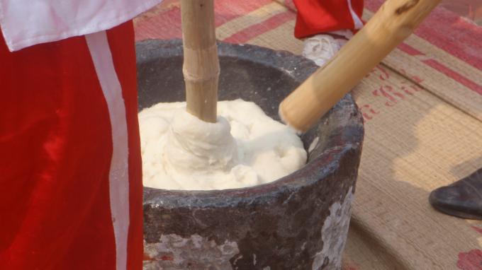 Cũng theo người dân Mộ Chu Hạ, một cối giã chỉ được 5 cái bánh giầy, bột khi lấy ra khỏi cối không được để thừa.