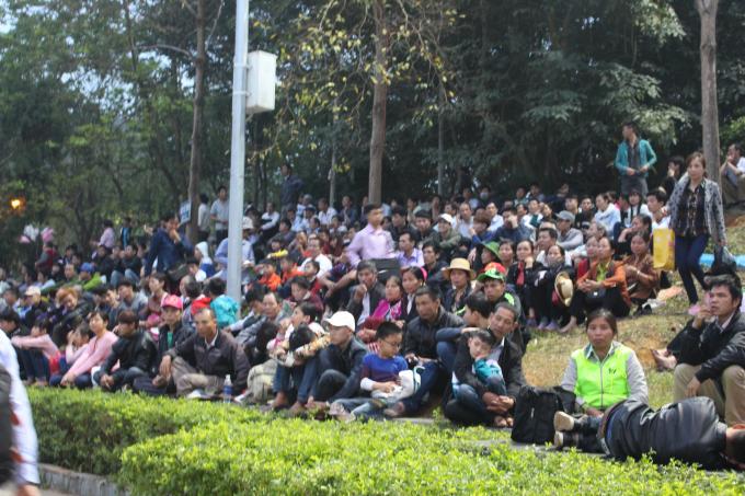 Hàng chục vạn du khách đã có mặt trên các trục đường chính dẫn vào khu di tích lịch sử Đền Hùng đã chật kín.