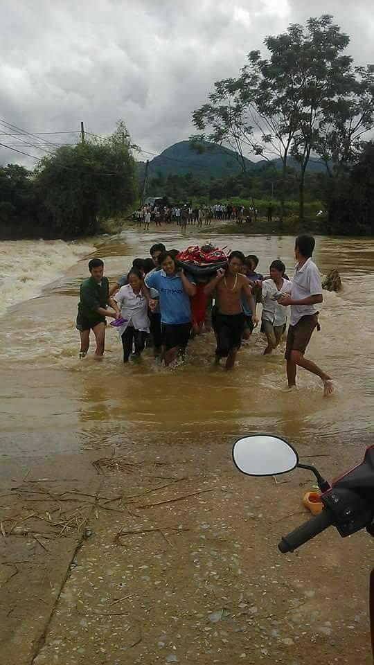 Hình ảnh gây xúc động trong ngày mưa lũ tại huyện Tân Sơn. (Ảnh: Phutho24h)