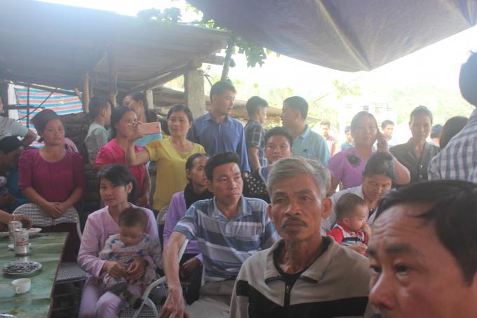 Gia đình tiền đạo Hà Đức Chinh thịt lợn thiết đãi hàng xóm