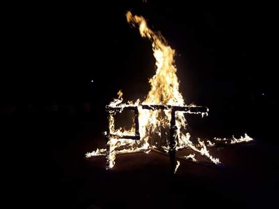 Các bạn sinh viên cùng bà con giao lưu văn nghệ, đốt lửa trại.