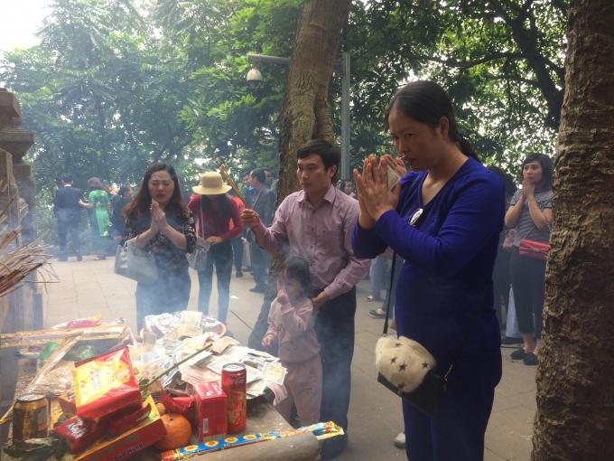 Người dân thắp hương tại đền thờ Bác Hồ.