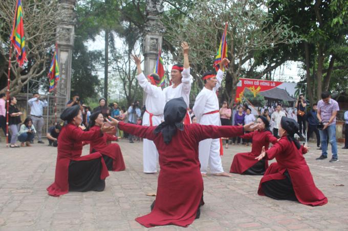 Các nghệ nhân biểu diễn bài Mỏ Cá tai đình Hùng Lô chiều 4/4 cho du khách thập phương thưởng thức.