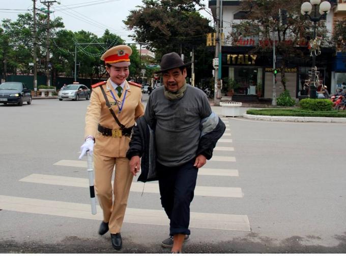 Nữ CSGT dắt cụ già qua đường