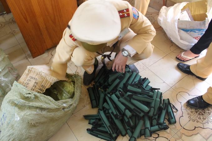 CSGT Bắc Giang đang kiểm tra số gậy sắt.