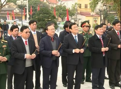 Chủ tịch nước Trương Tấn Sang dâng hương tưởng nhớ cố Tổng bí thư Nguyễn Văn Linh.