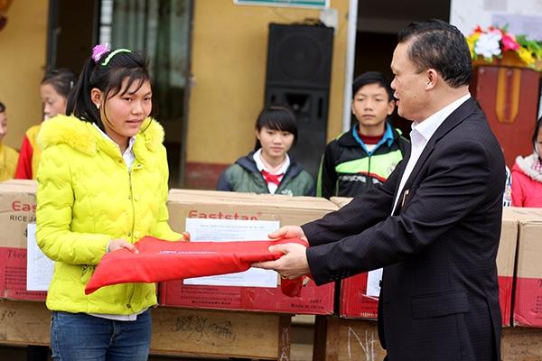 Đồng chí Nguyễn Văn Đạo trao quà cho học sinh ưu tú của trường.