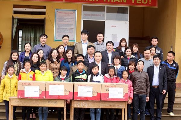 Buổi trao quà của đoàn thiện nguyện tại trường DTBT Dần Thàng.