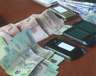 Số tiền và điện thoại bị thu giữ (ảnh minh họa).