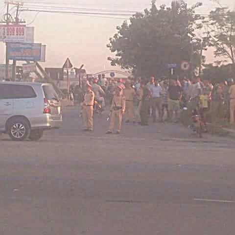 Lực lượng chức năng đã có mặt tại hiện trường để phân luồng giao thông. (Ảnh: Bạn đọc cung cấp).