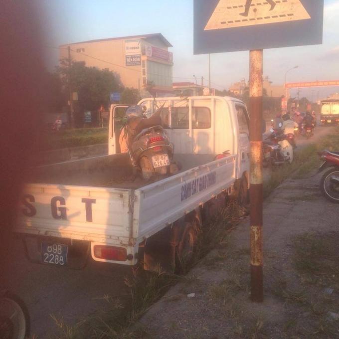 Chiếc xe máy của nạn nhân bị hư hỏng nặng. (Ảnh: Bạn đọc cung cấp).