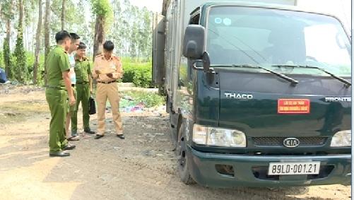 Lực lượng chức năng phát hiện xe tải đang đổ chất thải công nghiệp ra môi trường.