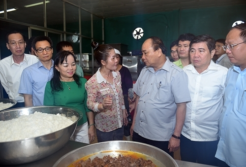 Thủ tướng Nguyễn Xuân Phúc đang trao đổi với chủ cơ sở về vấn đề ATTP. (Ảnh: Đ.T).