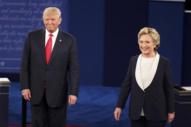 Hai ứng viên xuất hiện trong cuộc tranh luận thứ 2 nhưng không bắt tay nhau (Ảnh: Reuters)