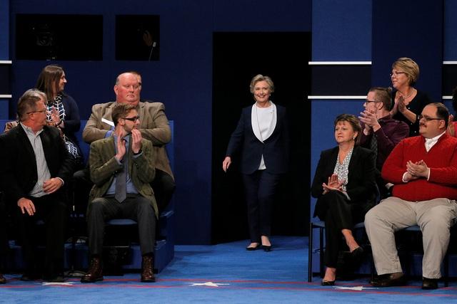 Bà Clinton bước vào khán phòng tranh luận (Ảnh: Reuters)