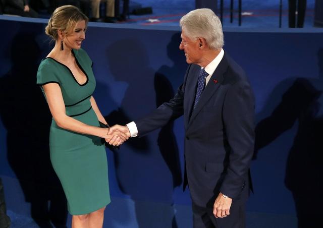 Cựu Tổng thống Bill Clinton bắt tay con gái ông Trump, IvankaTrump, trước khi cuộc tranh luận bắt đầu (Ảnh: Reuters)