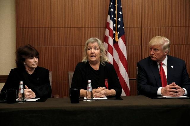 Ông Trump họp báo với những người cáo buộc chồng bà Clinton quấy rối tình dục. (Ảnh: Reuters)