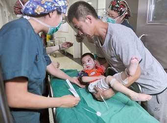 Nếu trẻ bị tim bẩm sinh thì phẫu thuật là biện pháp duy nhất (ảnh minh họa).