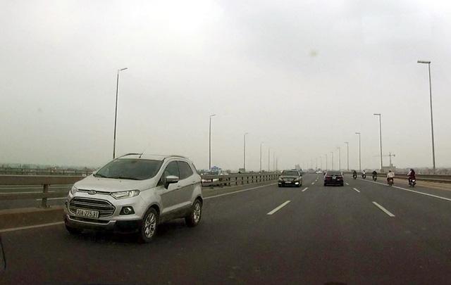 Hoảng hồn tránh 5 ô tô chạy ngược chiều trên cầu Nhật Tân