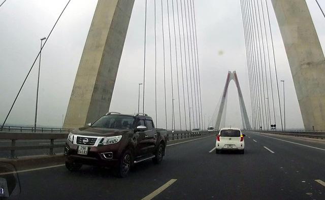 5 chiếc xe đi ngược chiều trên cầu Nhật Tân với tốc độ cao. (Ảnh cắt từ clip)