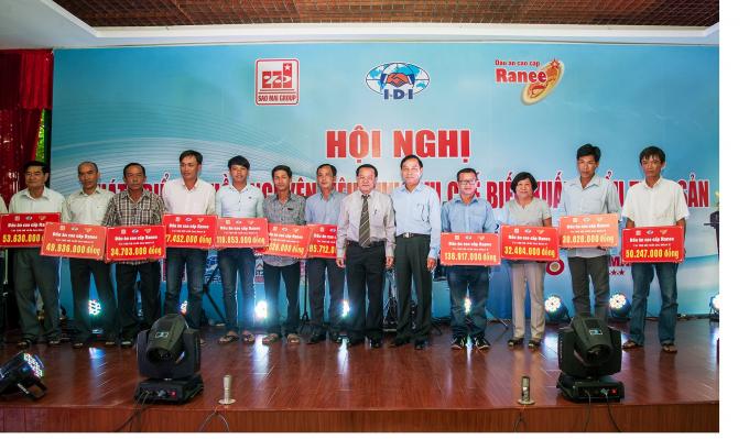 Lãnh đạo Tập đoàn Sao Mai trao tiền tài trợ đợt 2 cho các hộ nuôi cá.