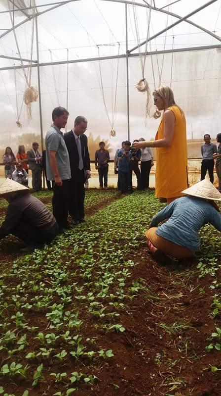 Hoàng hậu Hà Lan trao đổi với nhà nông Lâm Đồng.