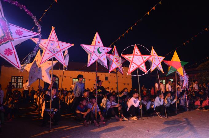 Đèn ông sao của các lớp ở điểm trường Hỏm Duối,xã Nậm Chày, huyện Văn Bàn, tỉnh Lào Cai.