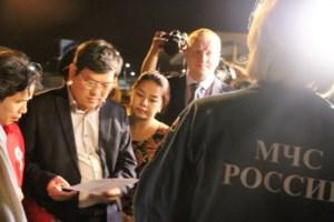 Lãnh đạo tỉnh Khánh Hòa thực hiện thủ tục tiếp nhận số hàng viện trợ