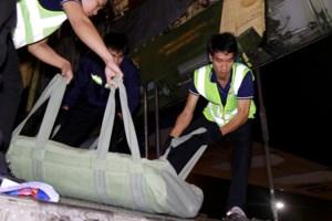 Hàng viện trợ được đóng gói cẩn thận. Mỗi túi chứa các loại hàng khác nhau. Lực lượng tại chỗ đưa chúng ra khỏi máy bay.