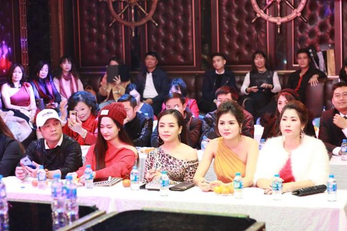 Đông đảo các nhà báo, phóng viên cùng các anh chị em nghệ sỹ đến tham dự.