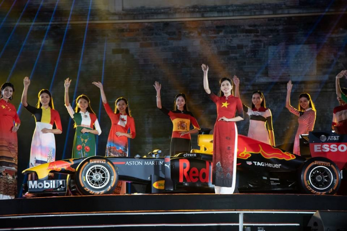 22 bộ áo dài quốc kỳ của những nước thành viên tham gia bên siêu xe